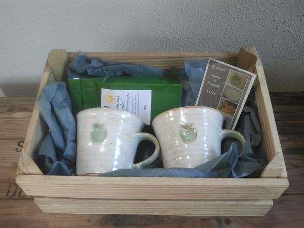 Presentlåda med muggar och te